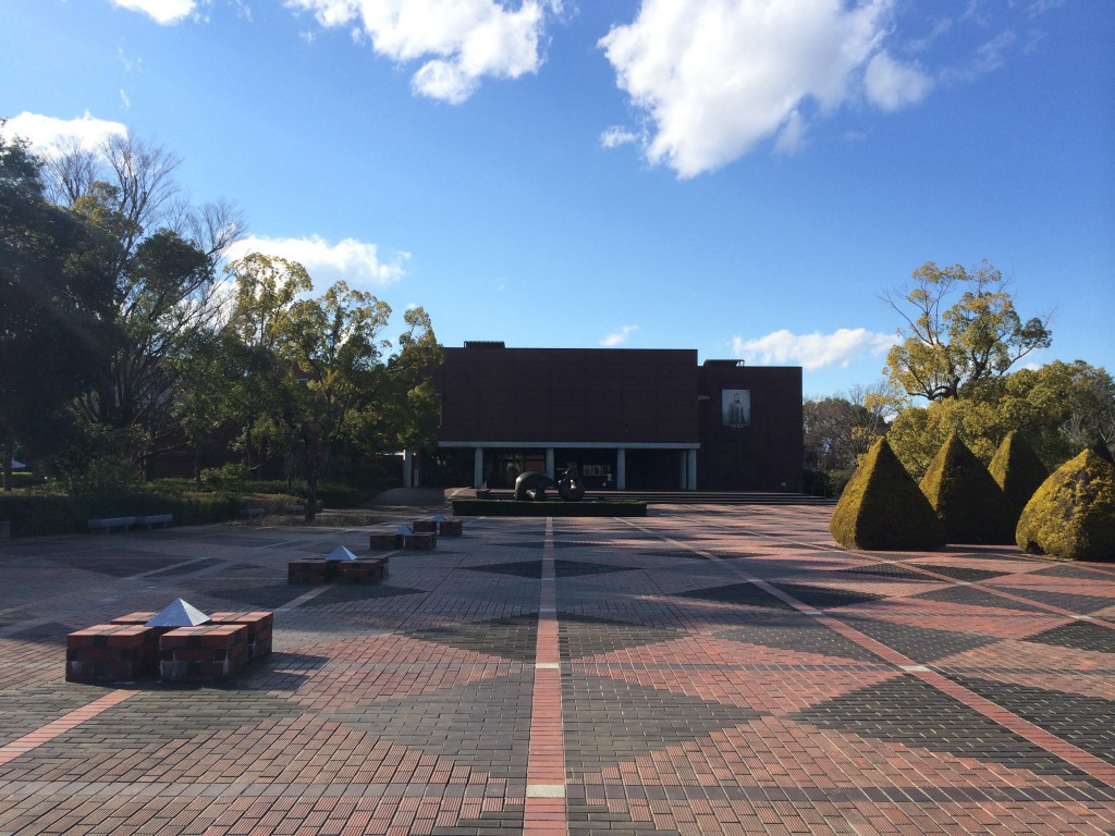 同じく芸術の森に位置する山梨県立文学館側から見た山梨県立美術館。