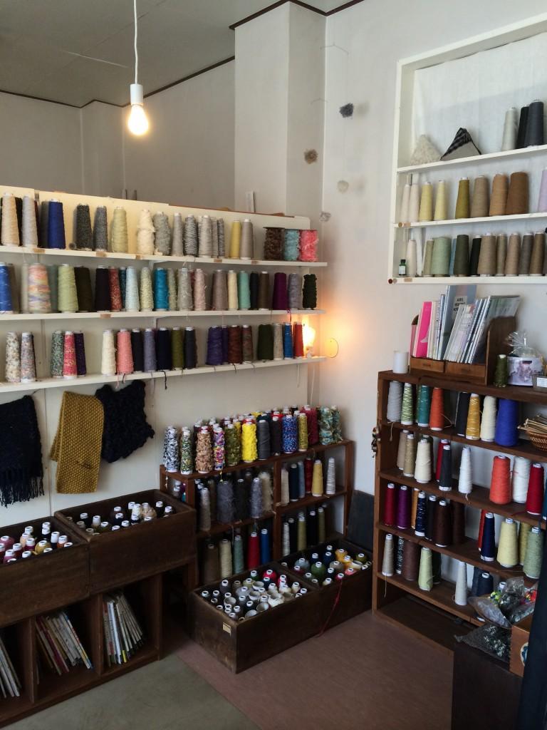 itokara。店内にはAVRILをはじめとした糸や生地、関連書籍が並ぶ。