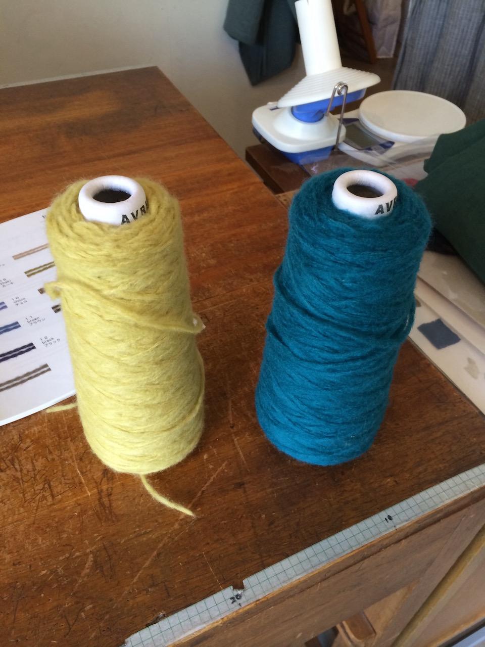 渋いイエローと深いブルー、迷った末に左を選びました。糸を見ているだけでも幸せな気分に。