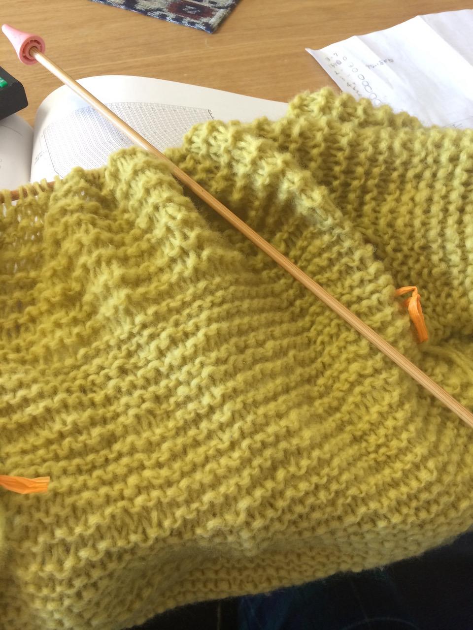 あと少しのところで、編み目の表裏がおかしくなり、編み直すのが辛いからと目をつむってそのまま続ける。こういうところも治したい性格の一つ。