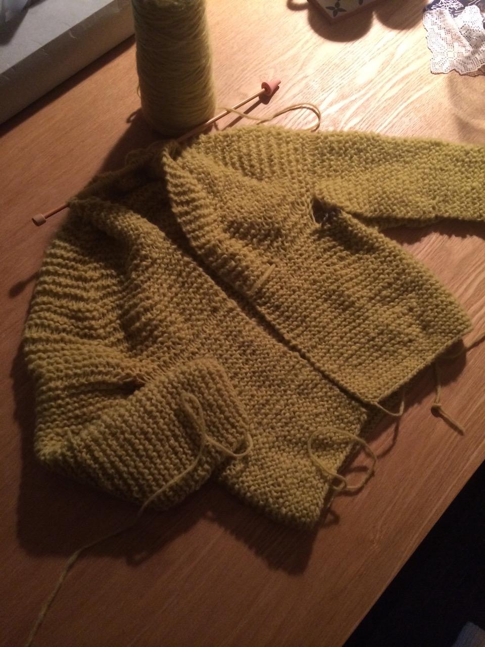 あと少し。寝なければ、と思いつつもあと少しと思うと止まらなくなる。真夜中の編み物は頭の整理にもなってまた格別です。