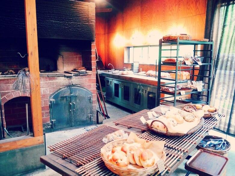 石窯で焼かれたバゲットは パリパリのカリカリ。