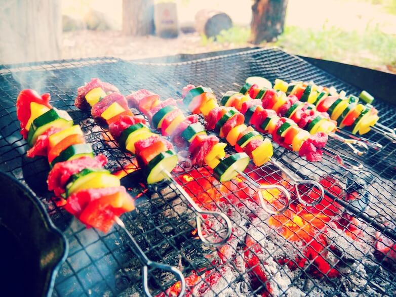 そんな那須の大自然で育まれた お野菜やお肉、パン。   串にざくざく刺して焼いたり、 スキレットでオリーブオイル たっぷりに煮込んだり。