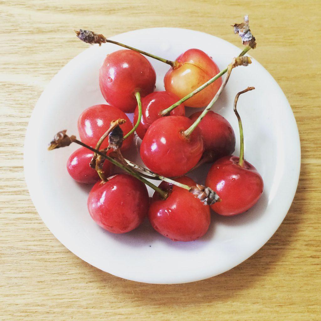 初夏。5月になるとハウスの桃に始まり、6月に入るとさくらんぼの季節。