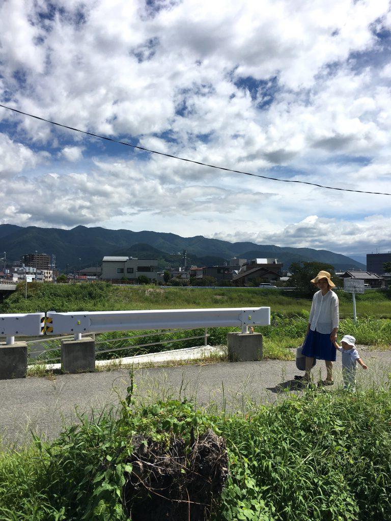 甲府の夏の空は、嘘みたいに青い空が広がり白い雲が浮かんでいます。この夏、いつの間にか息子もよく歩くようになり、手を引いて散歩する日も。あっという間に成長していってしまうんだなぁと嬉しくも寂しい今日この頃です。