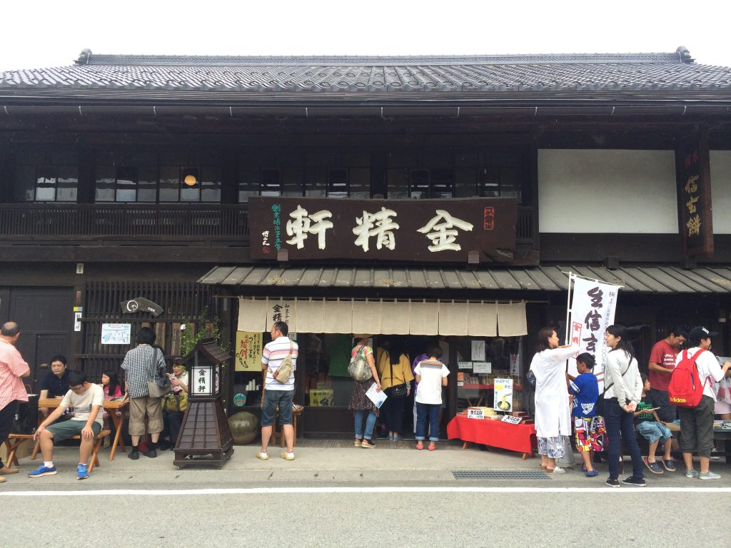 夏休み番外編。東京から友人が遊びに来てくれたので、皆で白州は台ヶ原へ。水信玄餅を求めてたくさんの観光客が押し寄せていた台ヶ原金精軒本店。でも水信玄餅は土日限定なので要注意。