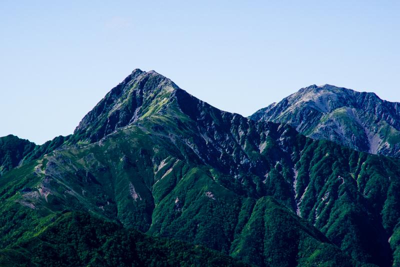 北岳(左)とその向こうに見える間ノ岳(右)(甲斐駒ケ岳より)