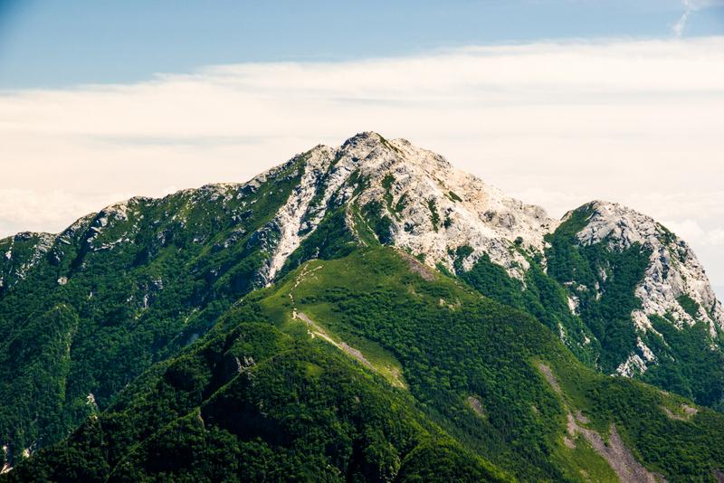 山頂を覆う白砂がトレードマークの甲斐駒ケ岳(仙丈ヶ岳より)
