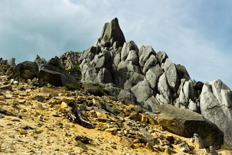 地蔵岳山頂にそそり立つオベリスク