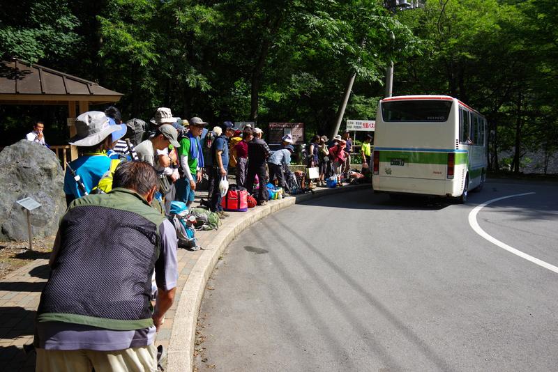 真夏の広河原はバスを待つ登山者でいっぱい