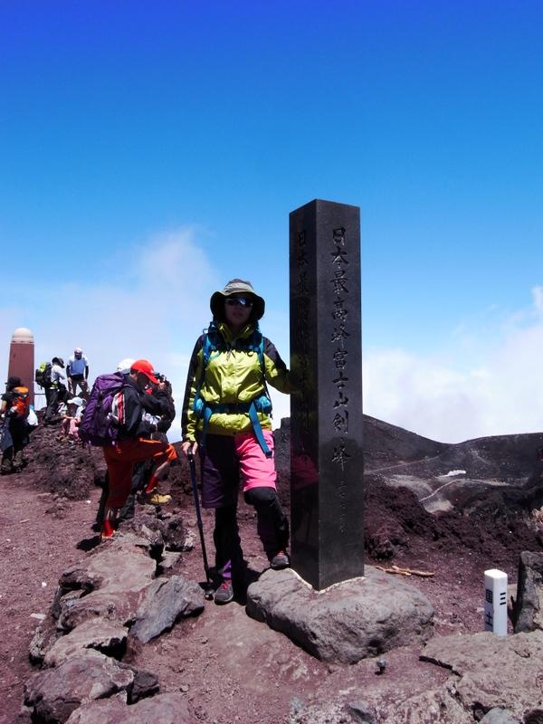 富士山登頂の定番、剣ヶ峰の記念撮影は行列しているので順番に