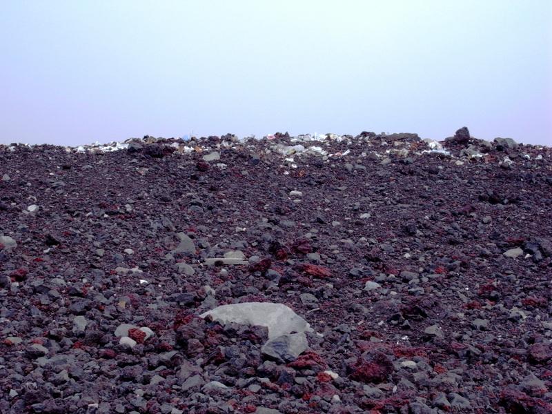 遠くてわかりづらいですが、奥に堆積しているのは全部、ゴミ