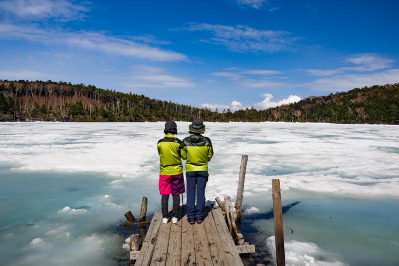 今年のGWの白駒池。標高が高いためまだ残雪があり、池は凍っていました