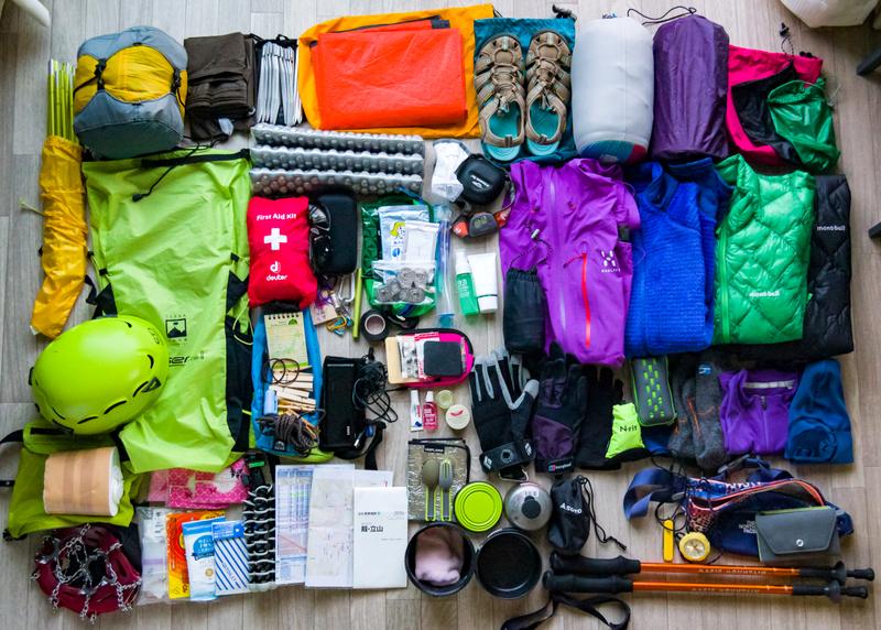 最近の装備一例。テント泊だとこれだけの荷物が必要になります…(ザックや靴、水筒、食料は写っていません)