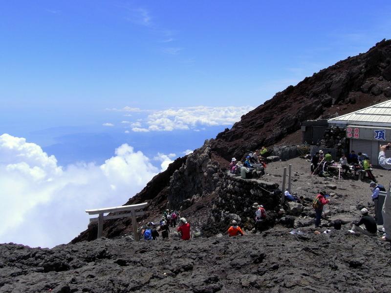 富士山は標高が日本一高い山。高山病で苦しんだ話もよく聞きますのでご注意を