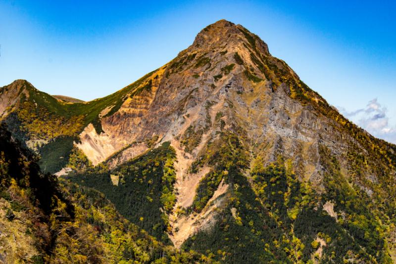 主峰にふさわしい、どっしりした貫禄の赤岳(権現岳より)