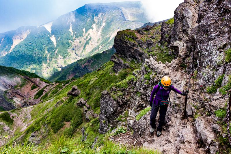 岩稜の絶壁が連なる横岳。通過は慎重に