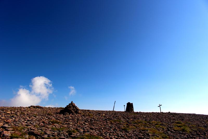 だだっ広い山頂にはケルンが並び、異様な雰囲気の硫黄岳