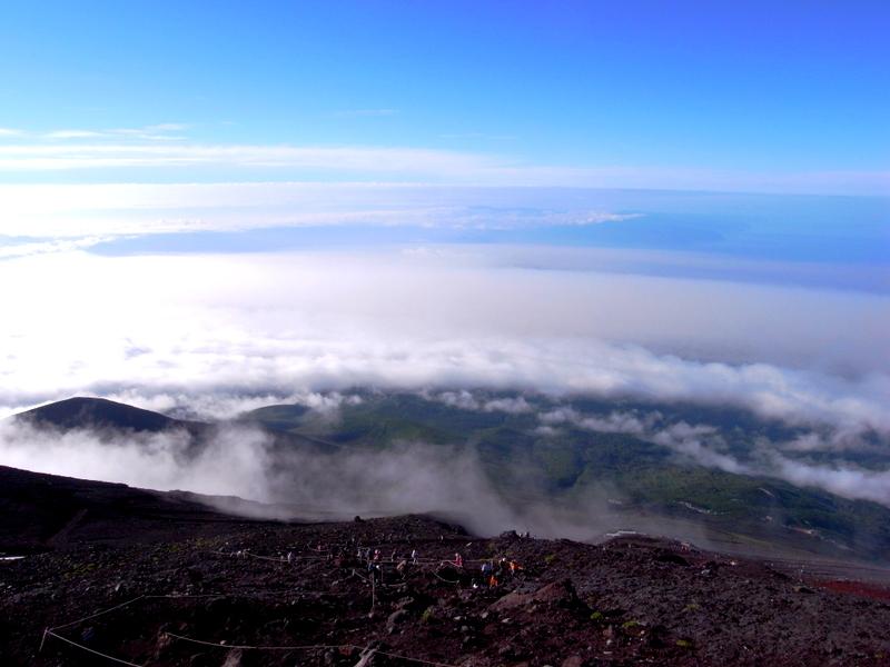 九十九折の登山道、雲海、その向こうに海。富士山ならではの眺めです