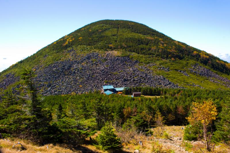 編笠のような形で編笠山。手前にある小屋は青年小屋
